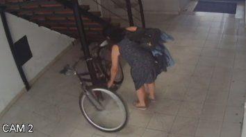 Video: cansados de los daños, vecinos denunciaron a una agresora de bicicletas