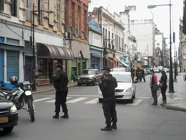 Efectivos policiales en Urquiza y Corrientes. El tránsito en el lugar se fue normalizando alrededor de las 13.30. (Foto: Twitter@Sebageh)
