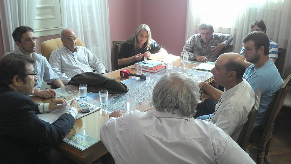 Productores y funcionarios se reunieron para analizar la situación. Están preocupados por los trabajos que se hicieron en los canales (derecha).