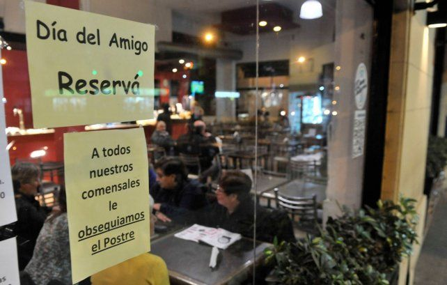 Los bares y restaurantes de Rosario buscan las maneras de atraer clientes para el Día del Amigo.