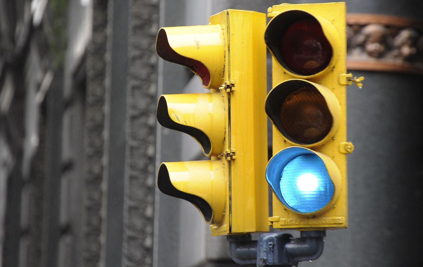 La firma que mantiene los semáforos solicitó permiso para importar 15 mil lámparas LED y sólo le habilitaron mil.
