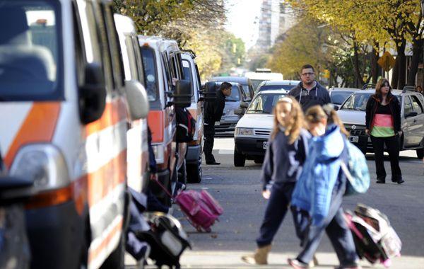 Comenzaron las clases y también los problemas de tránsito. La doble fila vuelve a poner en discusión el control del Estado.