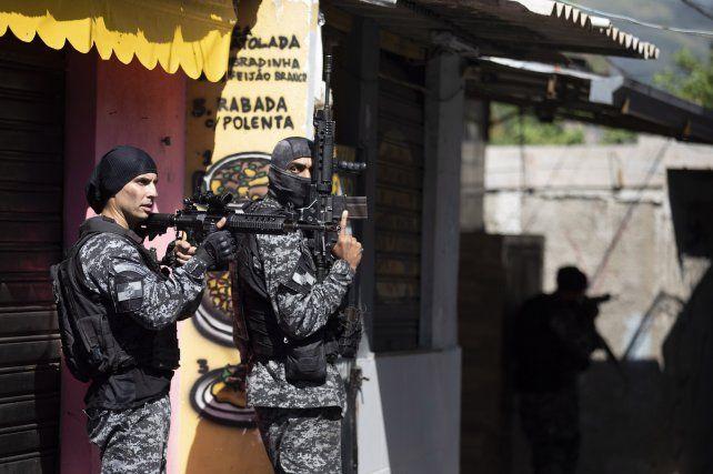 La policía de Río ingresa a Jacarezinho durante la operación contra el Comando Vermelho.
