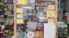 Adriana Miguez, con barbijo y detrás de un vidrio pero con el minimárket abierto gracias a un ex alumno del Poli que le pagó el alquiler hasta marzo y la solidaridad de estudiantes y vecinos del barrio.