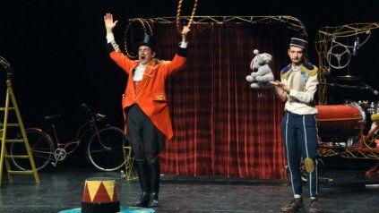 El payaso rosarino Gerardo Casali vestido con saco de levita naranja como El Negro, junto a su compañero el Flaco, en España.