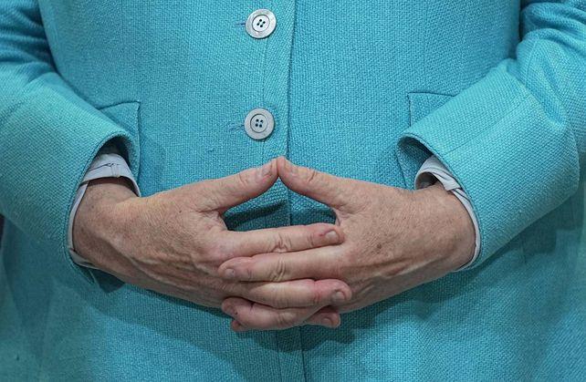 El recorte de la foto no impide reconocer de inmediato a Merkel, famosa por la austeridad de su vestimenta. Un modelo de vida que la
