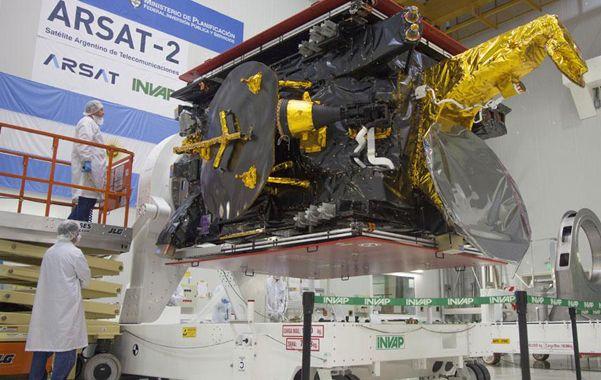 El segundo. El satélite Arsat-2 poco antes de ser embarcado hacia la base espacial de la Guayana Francesa.