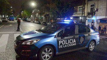 Fiesta clandestina: un patrullero perdió el control y chocó contra un móvil de la televisión