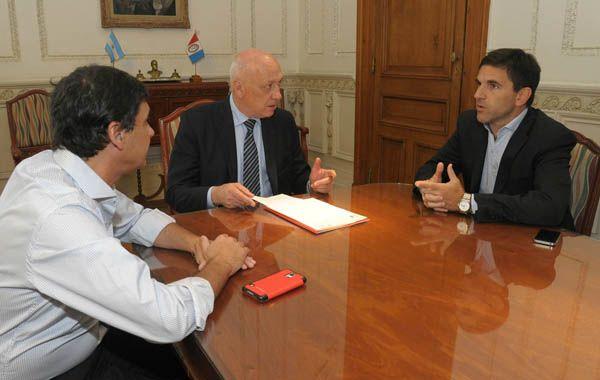 El gobernador Bonfatti durante la reunión que mantuvo con los dirigentes rojinegros Ricobelli  y Morosano.