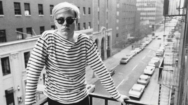Andy Warhol posando para el fotógrafo Stephen Shore.