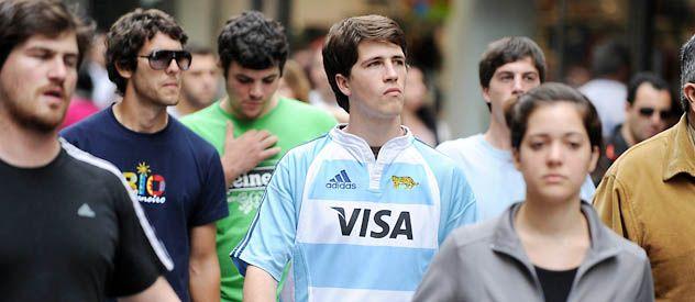 La camiseta de Los Pumas en la peatonal Córdoba. (Foto: H. Río)