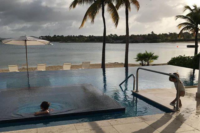 Relax. Los hijos de la pareja rosarina se relajaron en las playas de Antigua y Barbuda.