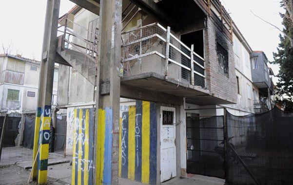 El lugar. En el primer piso se observa la mancha del hollín. La joven era encerrada allí para vender droga.