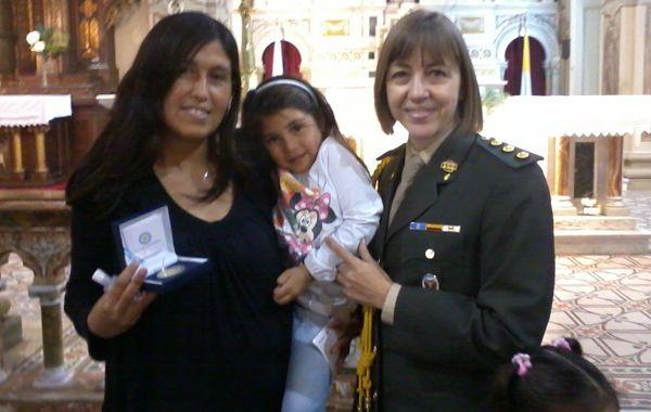 Xiomara junto a su madre y la enviada de la presidenta de la Nación
