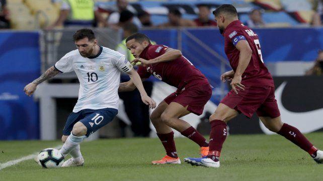 Imagen repetida. Messi estuvo bien marcado por los jugadores venezolanos.
