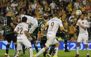 Alejandro Donatti se eleva para marcar de cabeza el tanto del triunfo ante los sanjuaninos.