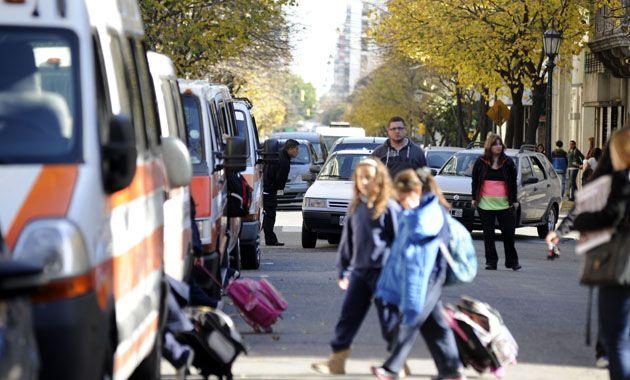 La medida de no estacionar frente a las escuelas céntricas intenta descomprimir el tránsito.