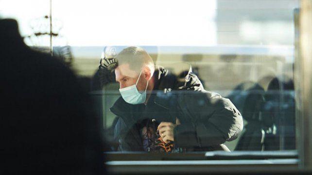 Messi llegó con su familia y salió rápidamente del aeropuerto de Barcelona.