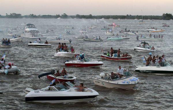 un clásico. La colorida caravana náutica volverá a copar el Paraná.