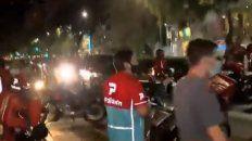 caos de transito en corrientes y avenida pellegrini por un corte de cadetes de delivery