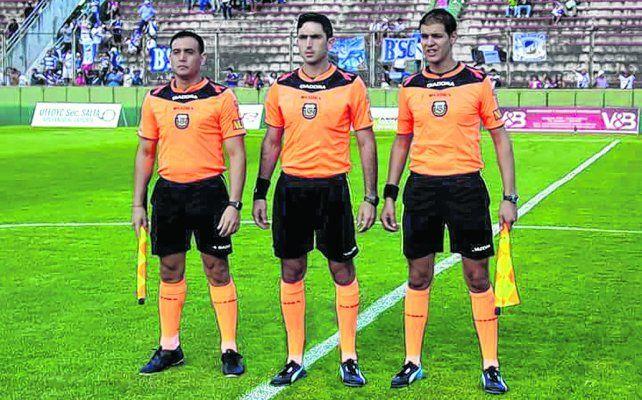 De acá. Arasa (medio) debuta en la B Nacional. Los acompañan Luzzi y Bianchi.