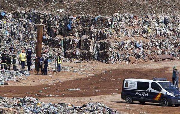 La policía madrileña busca el cádaver de la mujer en un basurero.