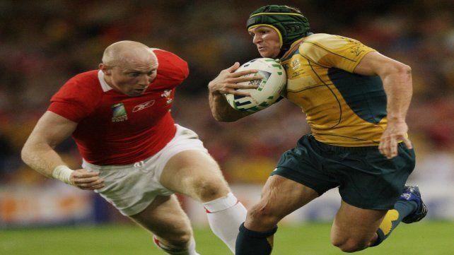 Crack. Matt Giteau se escapa de la presión que le mete el galés Shanklin. Fue en 2007.