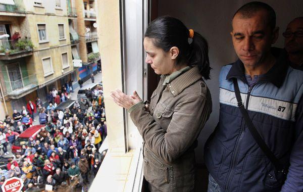 Un matrimonio en Valencia evitó ayer a último minuto el desalojo. Una multitud fue a apoyarlos y a repudiar la medida