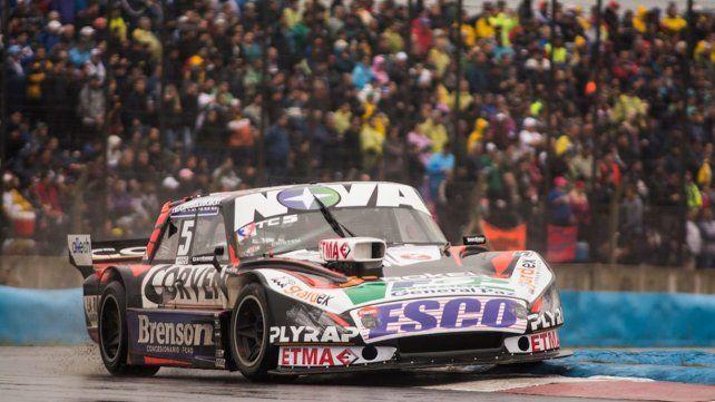 El Ford de Matías Rossi circula por el Fangio de Rosario. Fue la histórica fecha del TC del año pasado