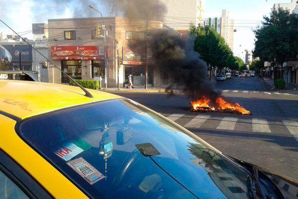 Los choferes protestaban con quema de cubiertas por el crimen de un trabajador.