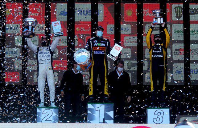 El podio que no fue, con Aguirre serio en el medio. ¿Ya supondría lo que venía?