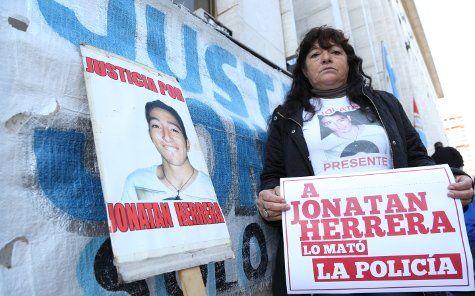 La madre de Jonatan Herrera en uno de las tantos reclamos hechos frente a Tribunales.