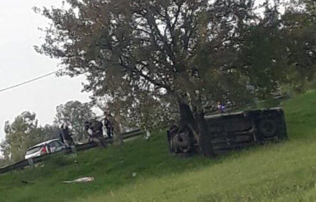 La camioneta Toyota quedó volcada sobre la banquina tras ser rozada por un Peugeot 207.