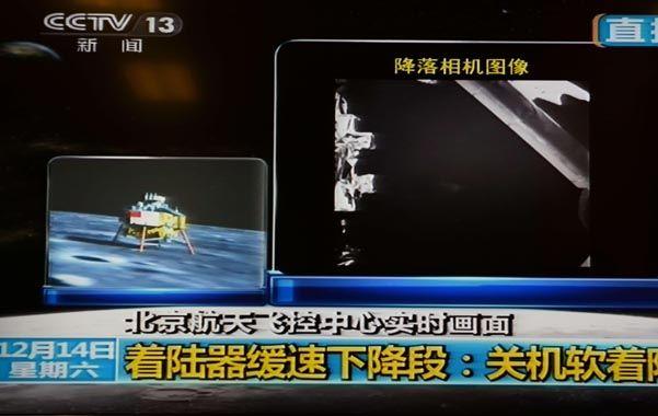 La imagen del alunizaje que retransmitía la televisión oficial china para todo el país anoche. A la derecha
