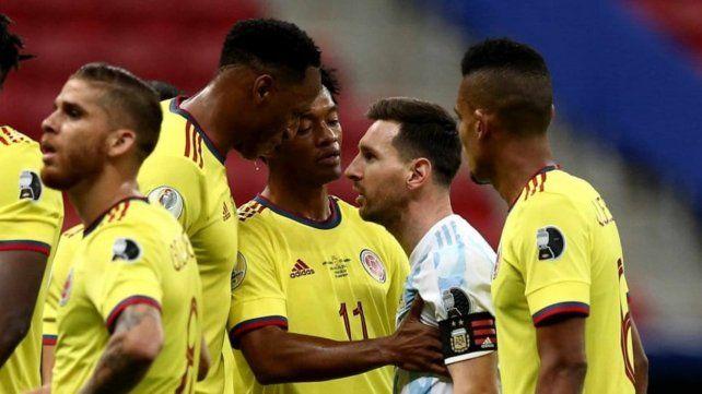 Duelo. Mina y Messi cara a cara durante el partido. Después la Pulga se burló del colombiano.