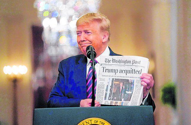 Burlón. Trump exhibe un ejemplar del Washington Post con el títular de su absolución.