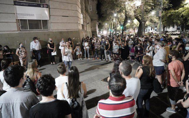 Padres y alumnos del Politécnico realizaron un clase abierta frente al establecimiento para pedir más presencialidad.