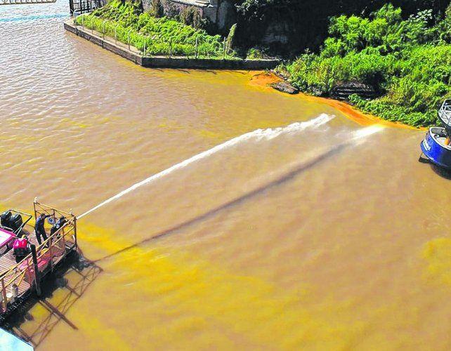 in situ. Entre anteayer y ayer se trabajó en controlar la mancha y retirar el aceite del agua.