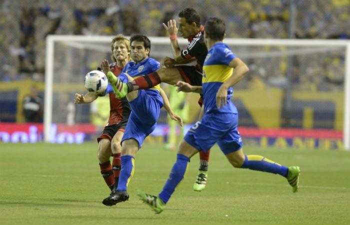 Nicolás Lodeiro se anticipa al intento de Maxi Rodríguez de hacerse del balón. (Foto: H. Río)