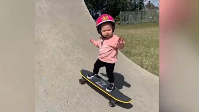 Video: una nena de un año sorprende por su tremenda habilidad sobre un skate