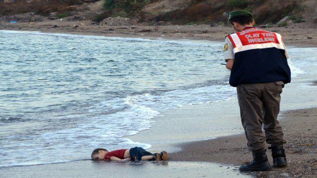 El cuerpo sin vida de Aylan Kurdi, de tres años, en una playa turca, en septiembre de 2015. El Papa se reunió con su padre en Irak.