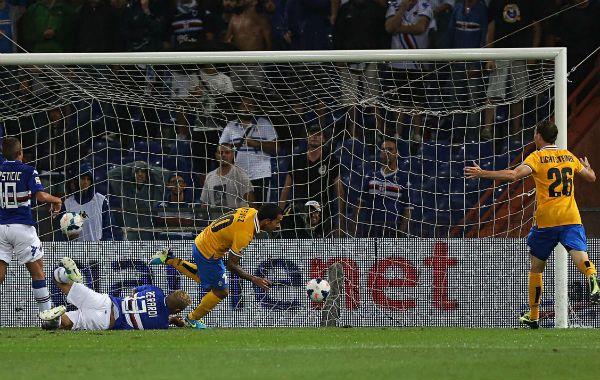 Jugador del pueblo. Carlitos ya la tocó a la red tras la asistencia de Pogba. Sobre el final lo reemplazó Llorente.
