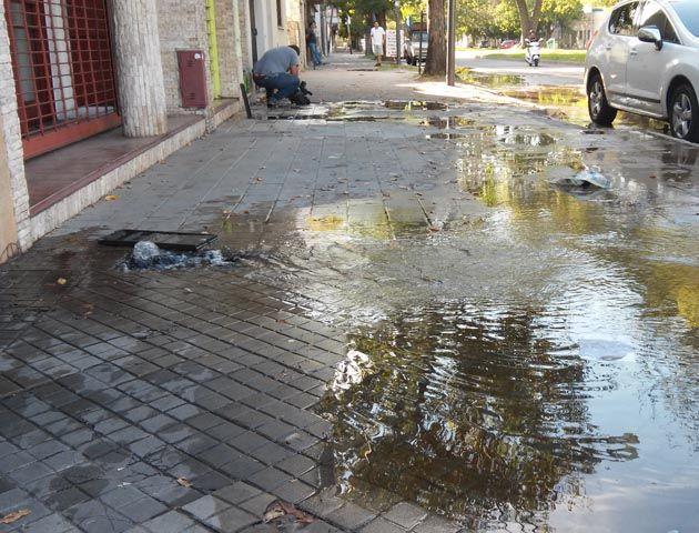 Maipú al 800. El agua brota de las veredas tras la acción de los ladrones. (Foto: Sebastián S. Meccia)