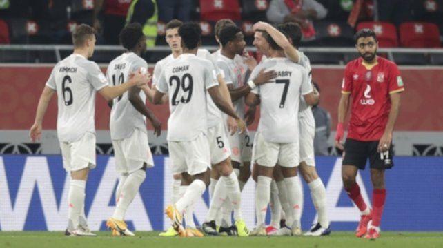Bayern celebró por duplicado gracias a su goleador polaco.