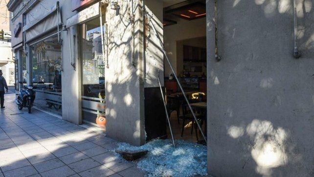 La ventana de la pizzería quedó totalmente destruida.