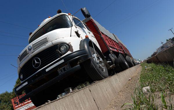 Numerosos camiones se agolparon en la banquina de la autopista.  (foto archivo: Enrique Rodríguez Moreno)