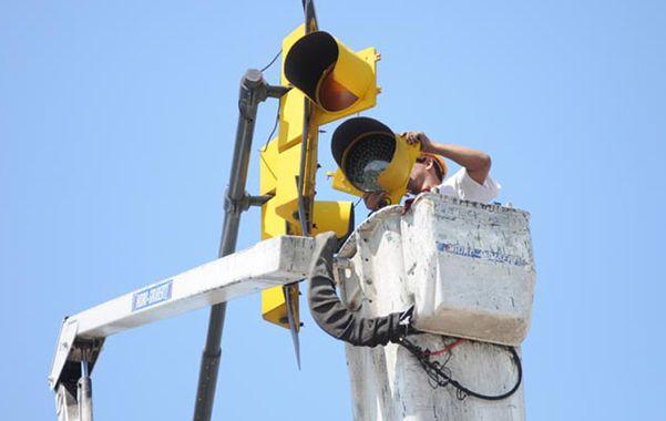Nuevas luces. La Municipalidad comenzó el recambio de las ópticas en las avenidas de mayor circulación.