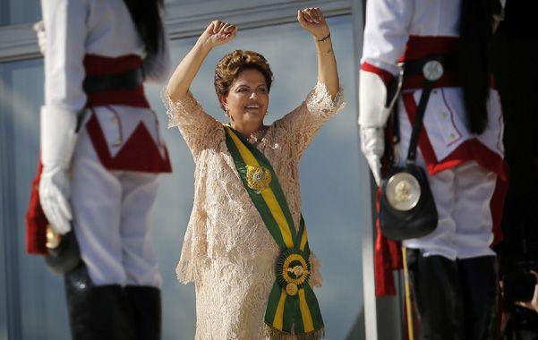 Dilma saluda al público con la banda recién puesta en las afueras del palacio del Planalto