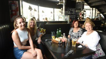 DE FESTEJO. Madres e hijas se unieron a celebrar en un año por demás de complejo, respetando la ocupación de cuatro comensales por mesa.