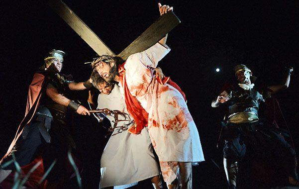 la pasión de cristo. Jesús es azotado sin piedad por un soldado romano.